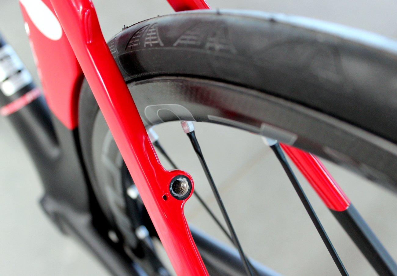 Der Rahmen ist kompatibel mit Slim-Line V-Brakes, die vor dem Wind versteckt sind.
