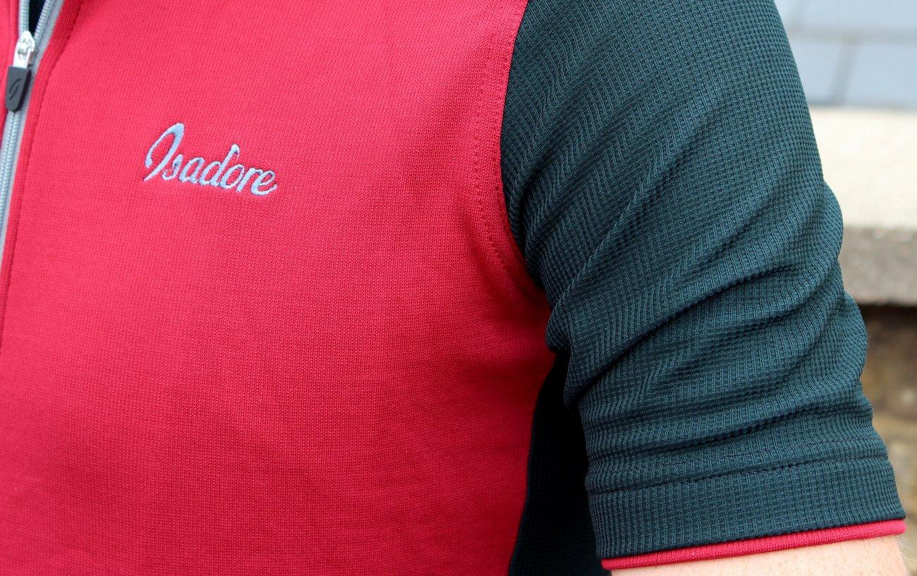 Das Isadore Signature Trikot ist in 5 Farben erhältlich. Auch dieses Rio Red/Jet Black gehört dazu.
