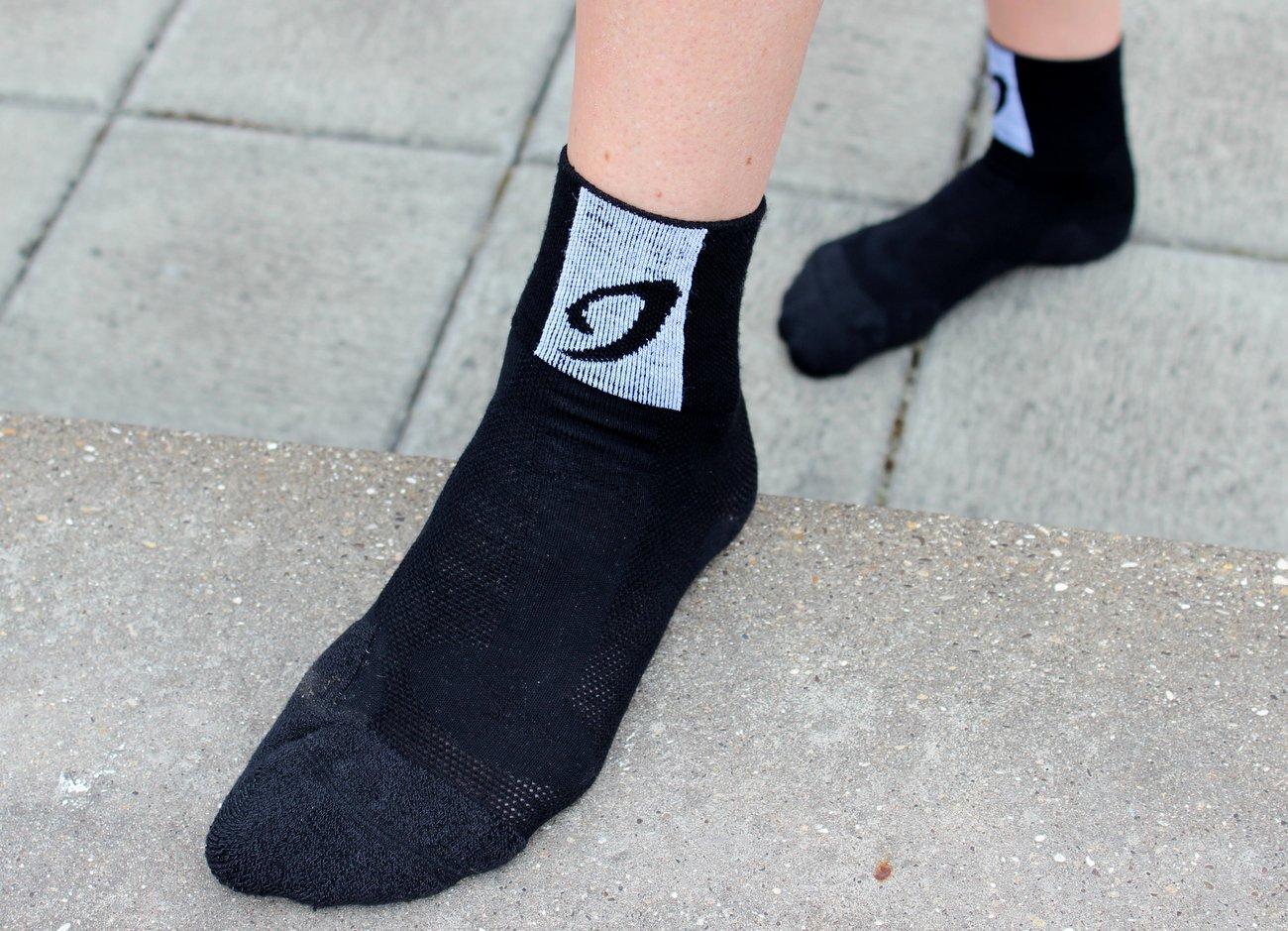 Die Merino-Socken sind in schwarz und weiß, sowie in zwei Längen erhältlich.