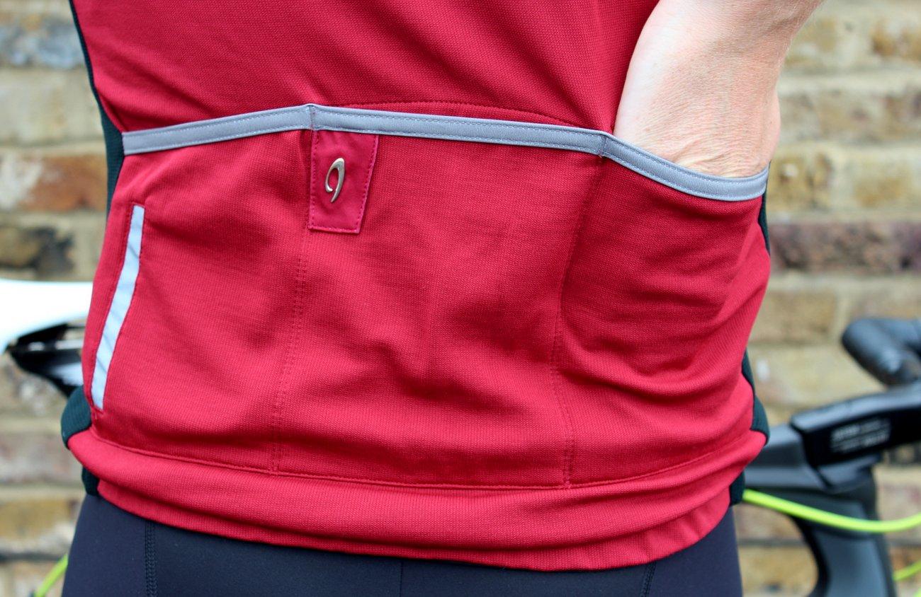 Drei Taschen auf dem Rücken. Eine separate Reißverschlusstasche ist auch dabei.