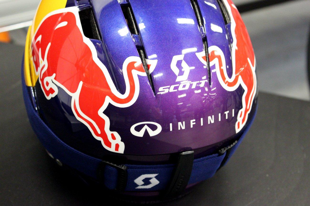 Dieser Helm wurde von Scott extra für die Bedürfnisse der Red Bull Racing Crew angefertigt.