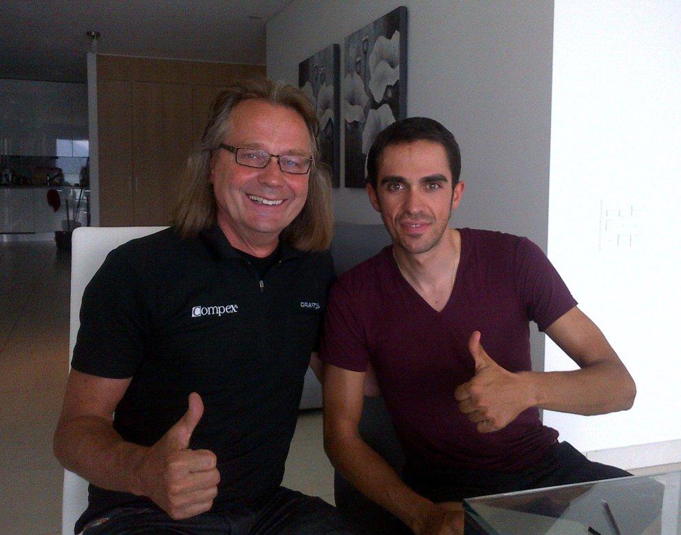Heiko van Vliet von Compex (DJO Global) und Alberto Contador in dessen Haus im schweizerischen Lugano. Die Aufnahme entstand am 22. Juli 2014 - eine Woche nach Contadors Sturz.