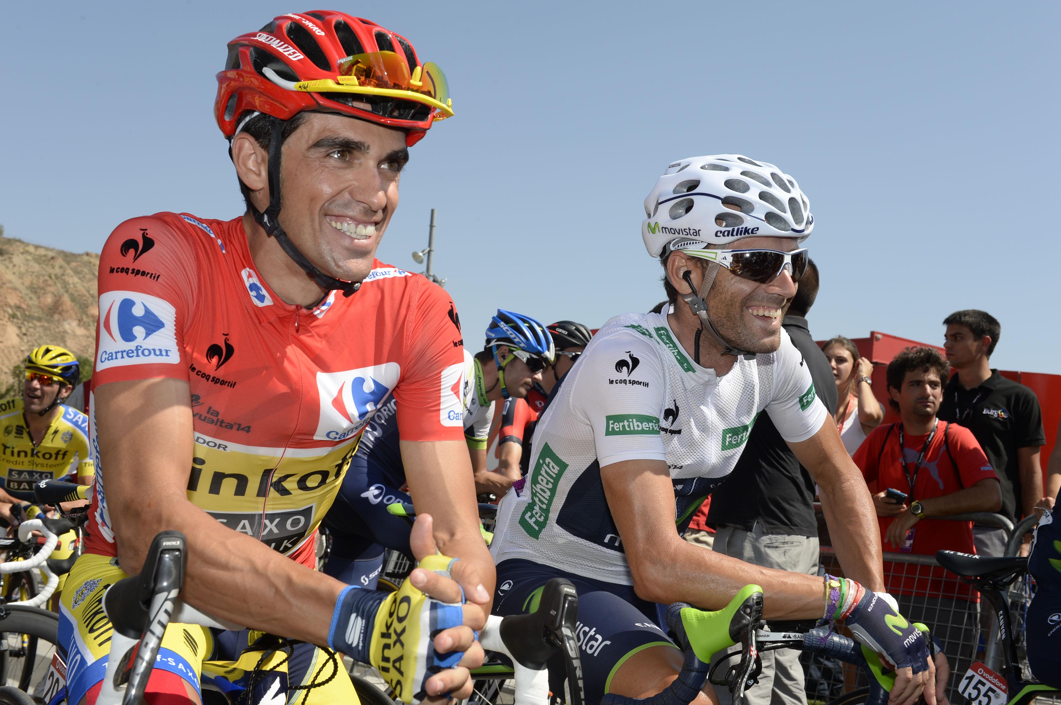 Der Kampf um den Weltranglisten der UCI WorldTour war in diesem Jahr ein Zweikampf zwischen Contador und Valverde. Vor allem nachdem Quintana verletzungsbedingt ausschied. Die beiden Spanier bei einem kurzen Plausch vor dem Start. (Foto: Sirotti)