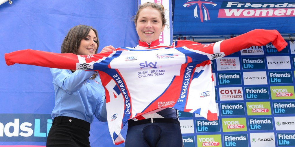 """Die englische Sprinterin, Lucy Garner, bekam auf dem Podium bei der Women's Tour das """"Best of British""""-Trikot angelegt. (Foto: Alex Broadway/SWpix)"""