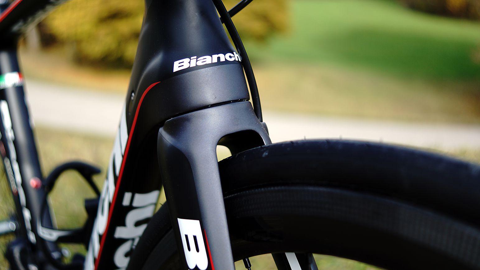 Die Gabel erlaubt bis zu 28mm breite Reifen - wenn das Laufrad kann....