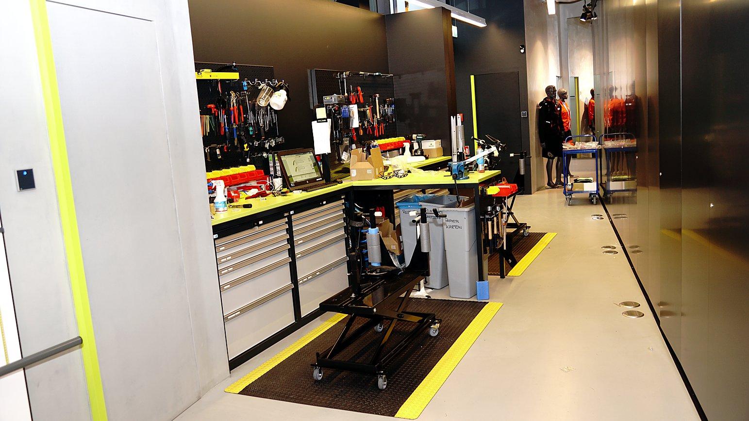 In der kleinen Werkstatt werden die angelieferten Kundenräder final fertiggestellt. Auch Reparaturen oder Einstellarbeiten an Kundenrädern können hier quasi on the fly vorgenommen werden.