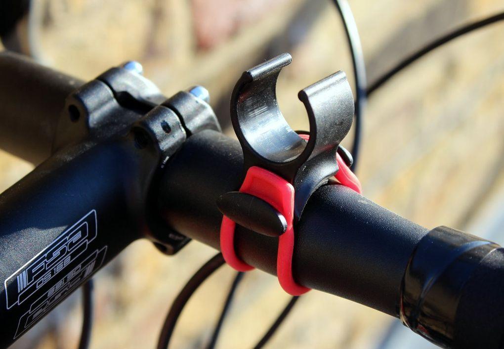 Die Halterung lässt sich mittels eines Silikonbandes kinderleicht am Lenker befestigen.