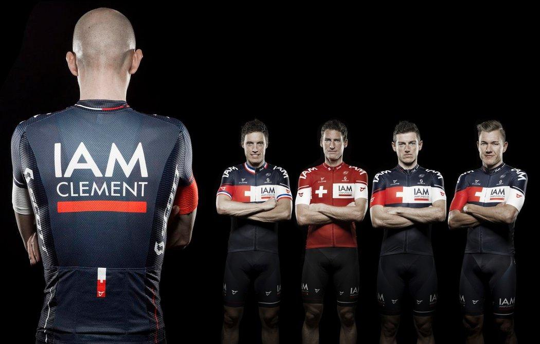 Die neuen Trikots des Schweizer Pro Teams IAM mit Aufdruck des Fahrernamen auf dem Rücken.