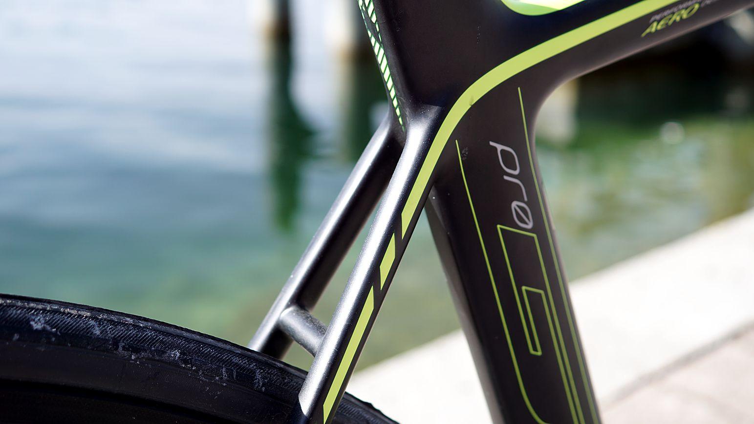 Die Hinterradbremse sucht man bei modernen Aerorädern meist vergeblich an den Sattelstreben. Diese ist auch beim G6 Pro in Direct.Mount-Manier am Tretlager angeschlagen.