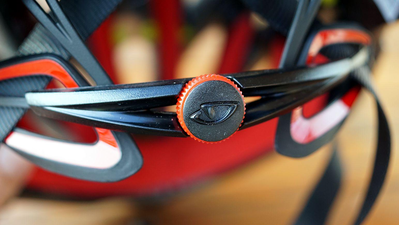 Das Feststellrad für den Innenkäfig ist sehr knackig definiert, gibt aber haptisch und optisch gutes Feedback.