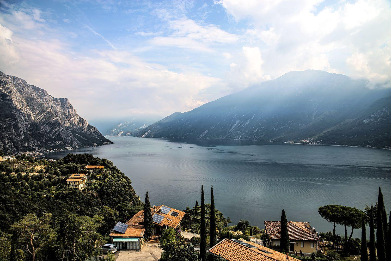 Abseits der Ringstraße um den See bietet der Gardasee ideale Rennradbedingungen und schon sehr früh im Jahr angenehme Temperaturen, obwohl er von hohen Bergen umringt ist. (Foto: Norbert Schmitz / pixelio.de)