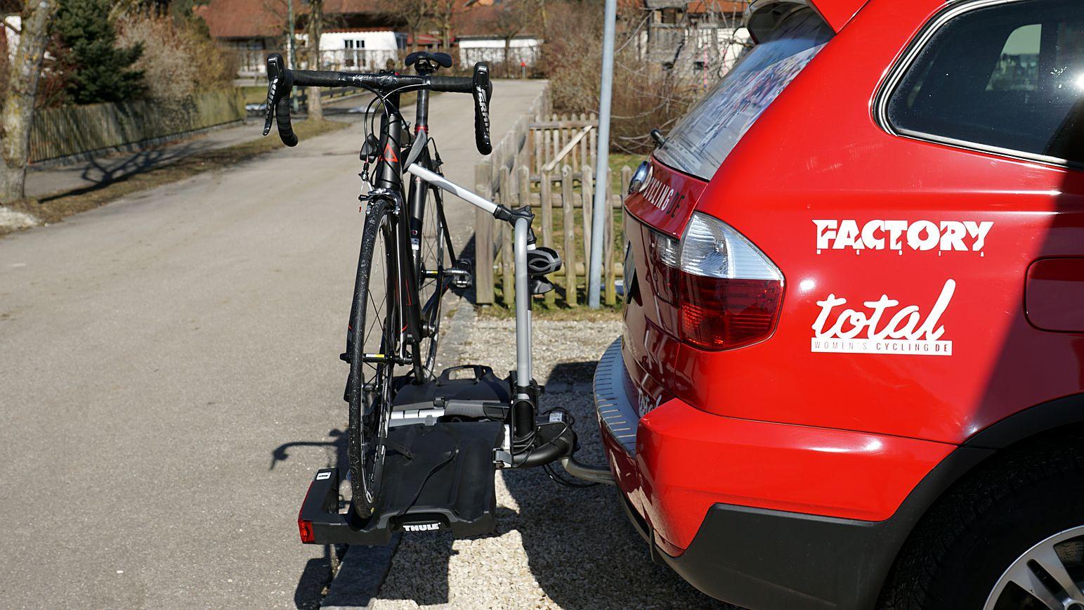 Richtig montiert steht das Rad parallel zum Heck das Autos und lässt sich dank der abschließbaren Trägersicherung und der Oberrohrschelle auch nicht ohne weiteres entwenden.