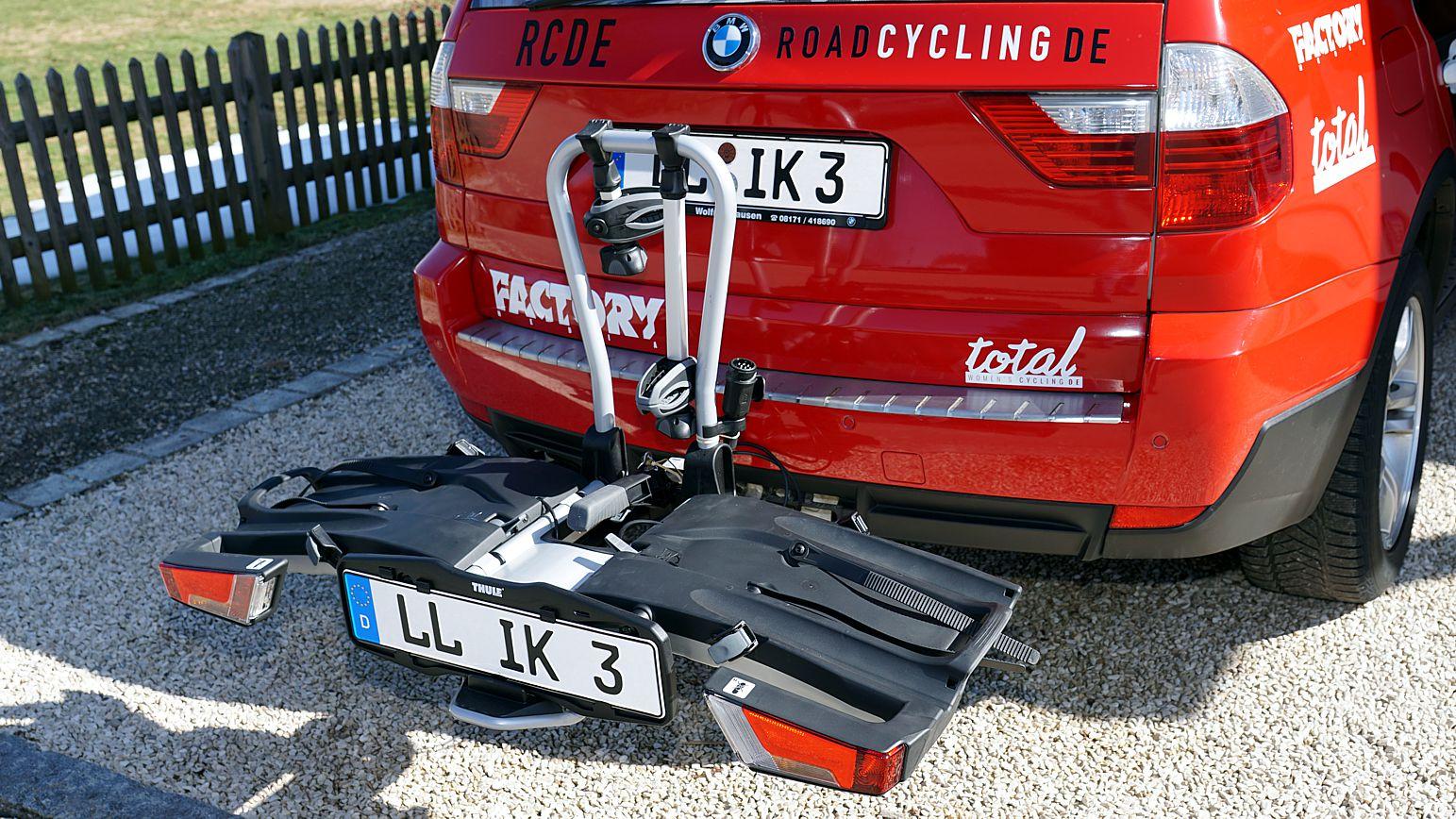 Schon nach wenigen Sekunden hängt der Thule-Radträger auf der Anhängerkupplung...