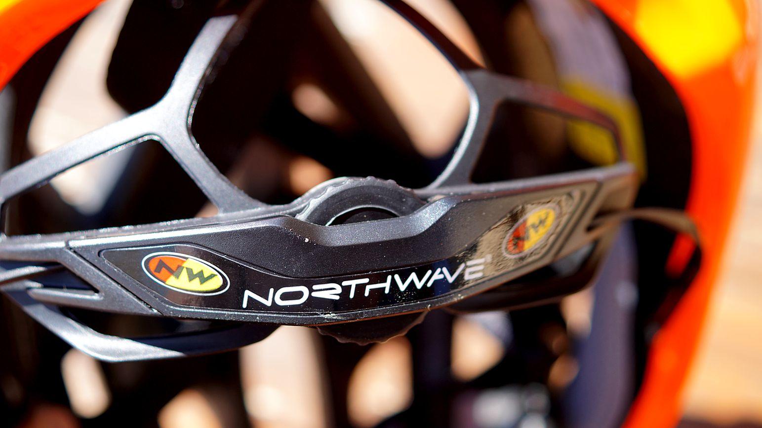 Das SRS Run Einstellrad hat eine gute Größe und klickt recht laut beim Einrasten der nächsten Stufe. Die Gitteröffnung darüber gestattet auch einem kleineren Pferdeschwanz Ausgang.