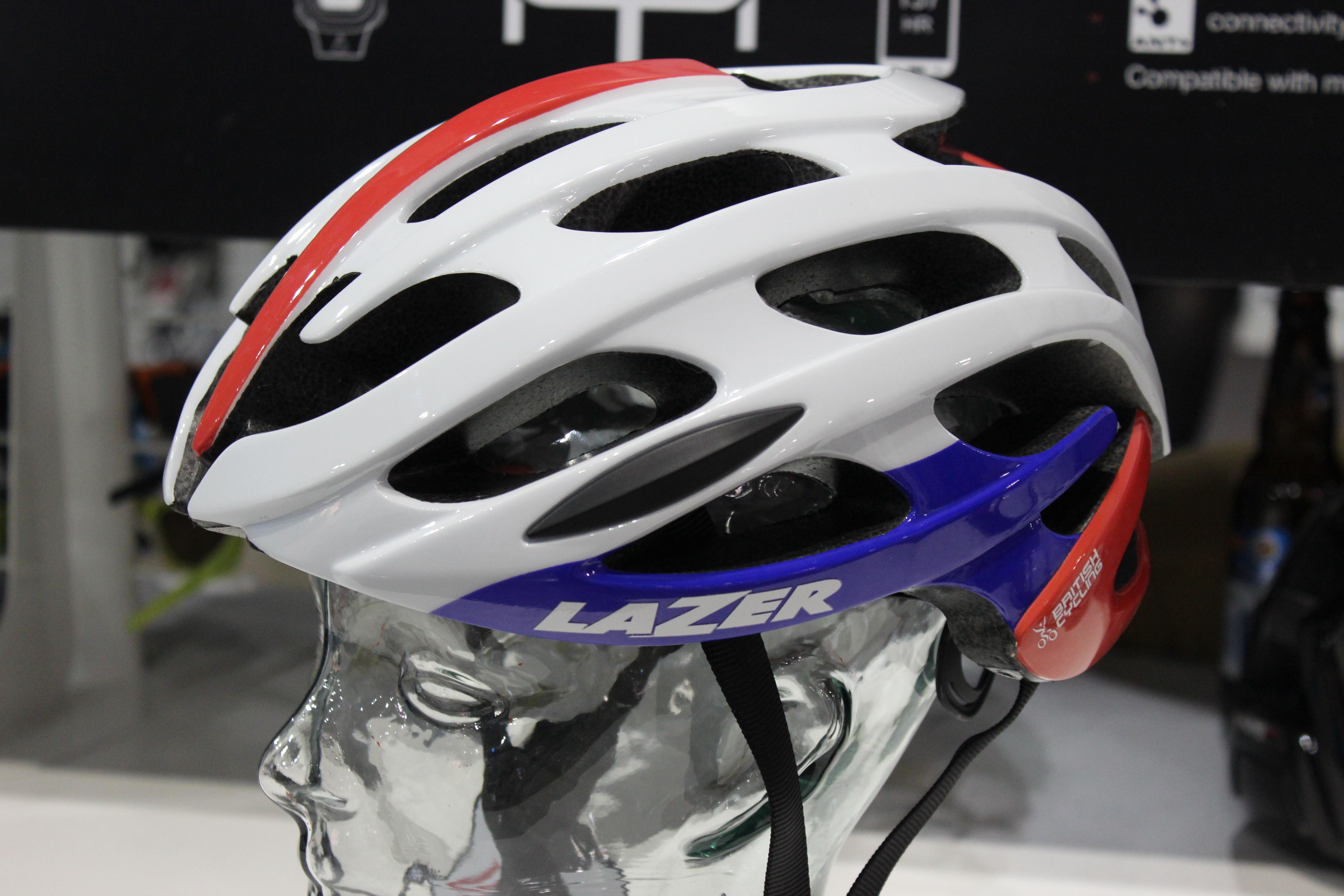 Es gibt keine gesetzlichen Vorschriften, einen Helm tragen zu müssen. Der Großteil der Rennradfahrer tut es trotzdem.