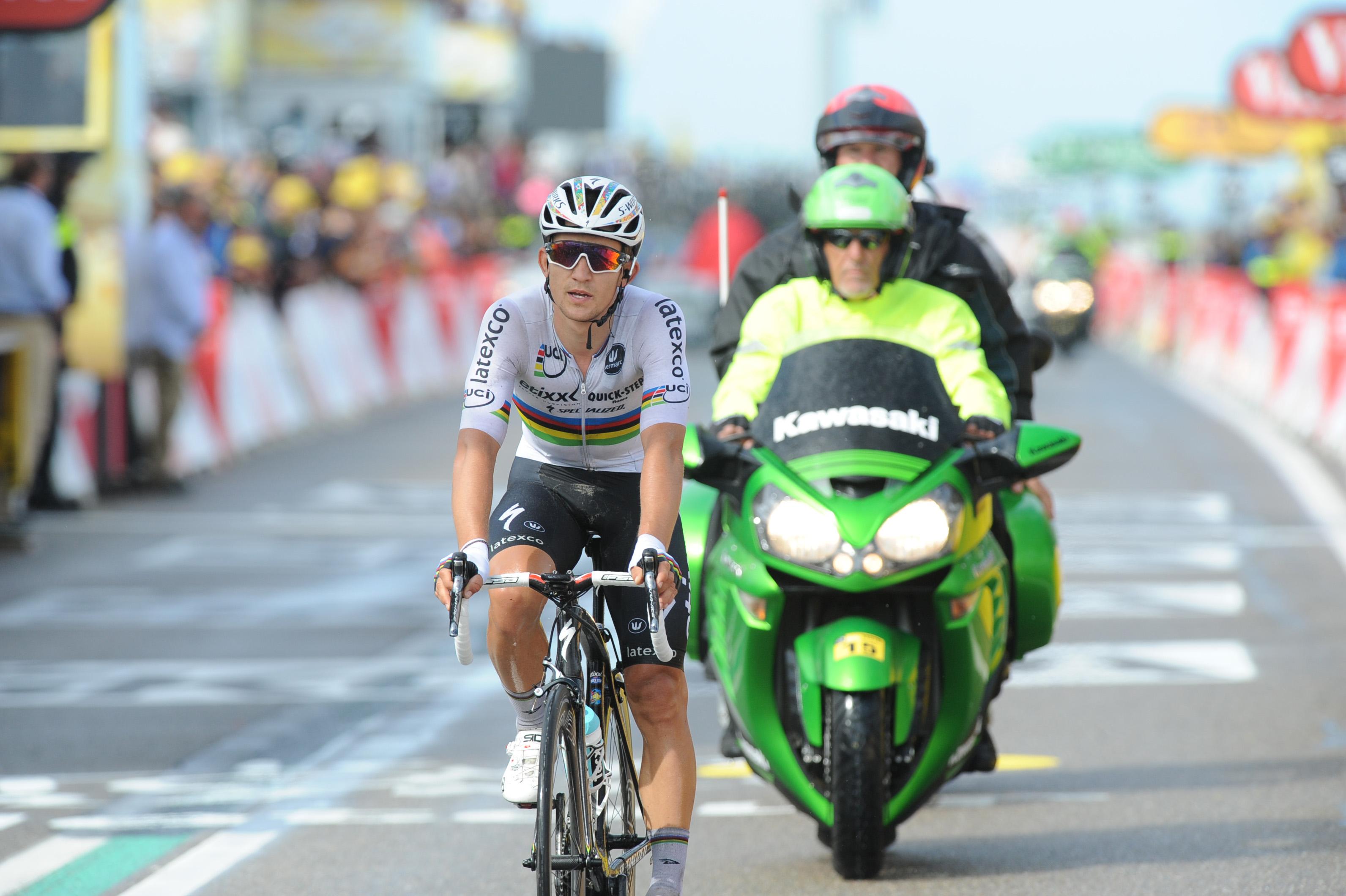 Michal Kwiatkowski bei der 2. Etappe der Tour de France 2015 im Weltmeistertrikot.
