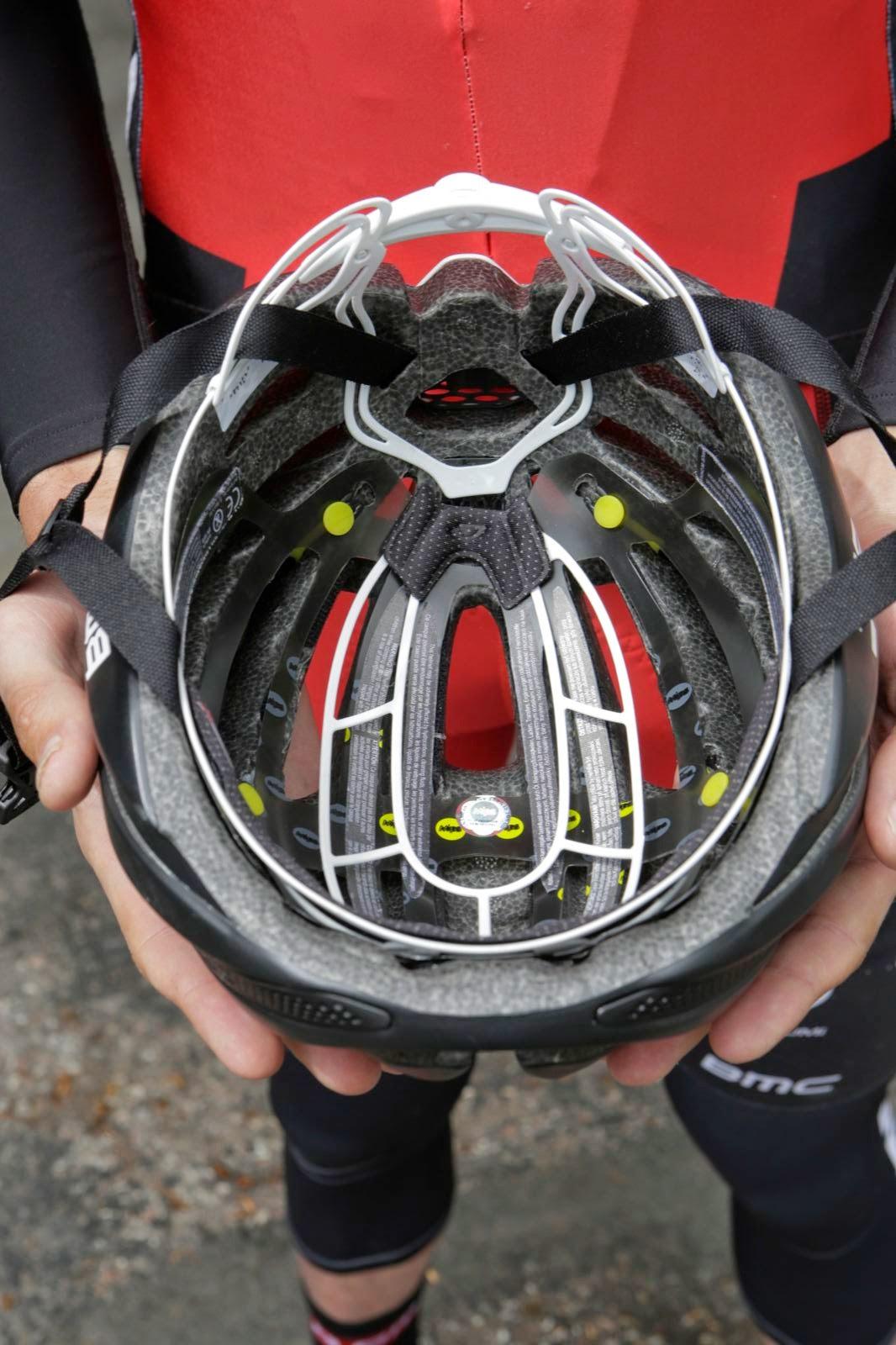Das MIPS entkoppelt den inneren Teil des Helms vom Äußeren. Dadurch kann sich die Außenschale einige Millimeter unabhängig vom Kopf bewegen und für mehr Schutz sorgen.