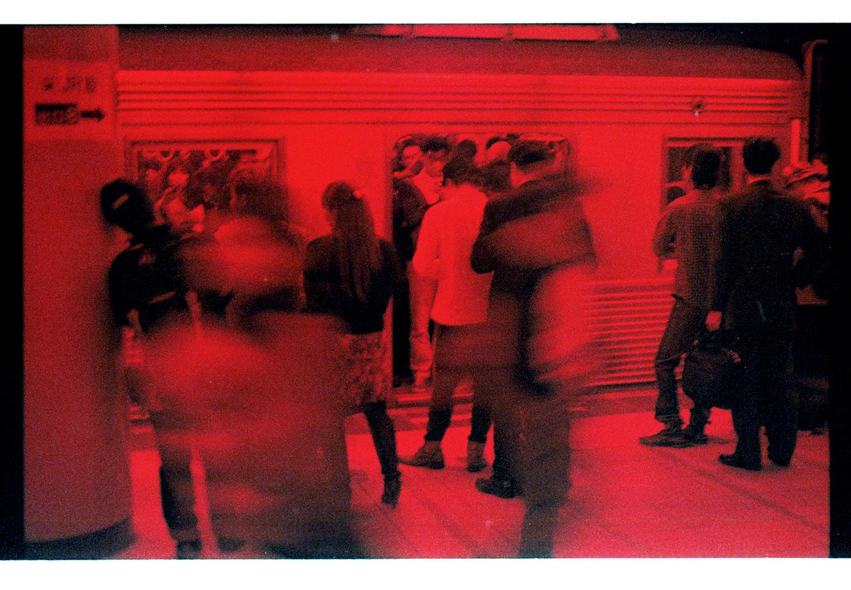 Der Tokyote verbringt einen großen Teil seines Tages in der Metro. 3200 Iso Farbfilm, mit Filter, kein Photoshop. Auch hier ist es bereits Mitternacht!