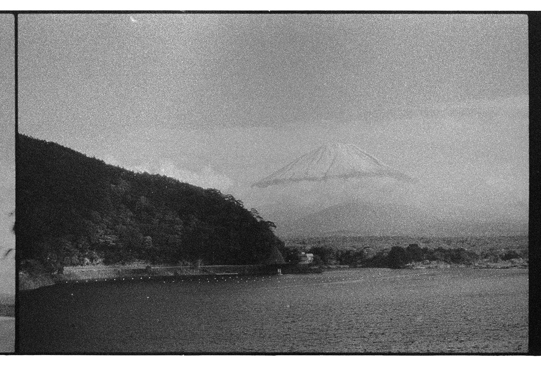Erster Blick meines Lebens auf den Mount Fuji aus dem Bus heraus. Langsam aber sicher verschwanden dann auch die Wolken.