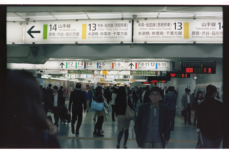 Tokyo Metro. Lost in Translation! Viel Spaß beim nach Hause finden! Hier ist es kurz vor Mitternacht und viele kommen gerade von der Arbeit!