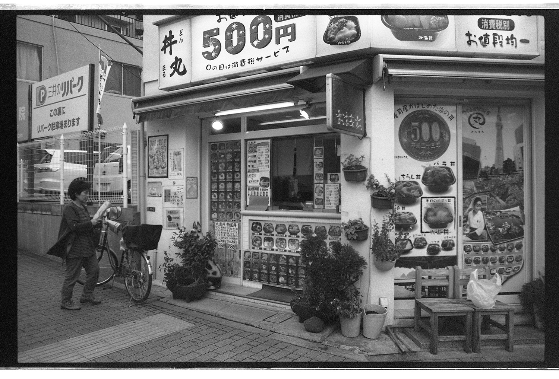 """Eine dieser Sushi Boxen. Bei uns um die Ecke. Nachdem ich einen neugierigen Blick auf die Küche erhaschen wollte, sprach mich der Sushi Mann an: """"Do you like fresh fish? We have the freshest fish! Try this"""", und reichte mir ein Stück Tuna, der mir auf der Zunge zerging. Von da an war ich jeden Vormittag bei ihm um mir meine tägliche Dosis Fisch zu besorgen. Soviel zu dem Vorsatz: Fukushima!? Ich werde auf keinen Fall rohen Fisch in Japan essen!! Haha"""