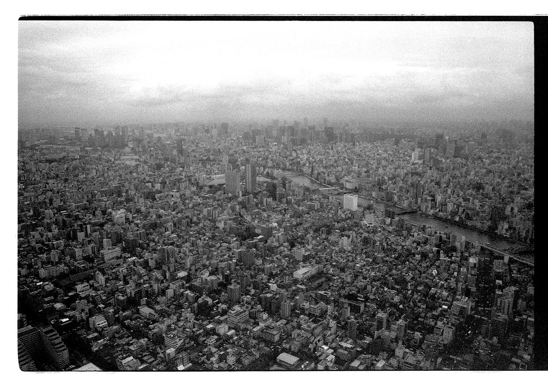 Sicht über Tokyo aus dem 634m hohen Skytree. Am Horizont erkennt man den Business District, wo man nachts gut skaten kann. Abgesehen davon, geht es quasi um 360 grad so um den Turm herum. Unglaublich!