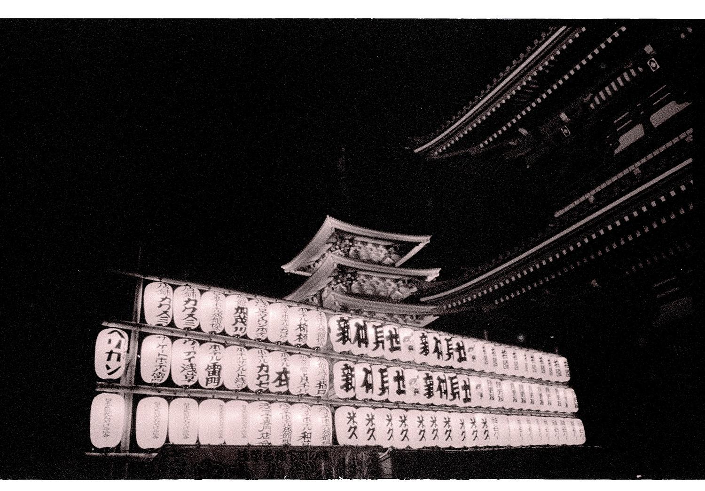 Tempel mit Lampions in Tokio