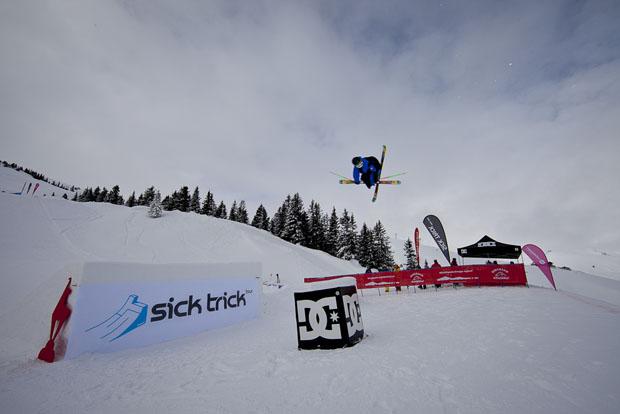 freeskier springt kicker beim sick trick event in kitzbühel