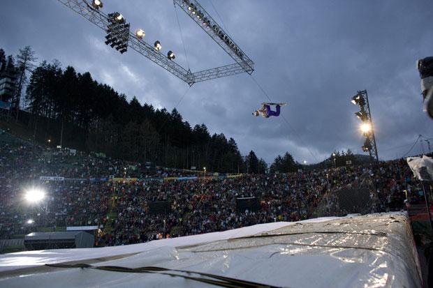 Im Februar 2008 kehrt die Veranstaltung zu seiner Geburtsstätte ins Bergisel Stadion nach Innsbruck zurück. 12.000 begeisterte Zuschauer erleben erneut das außergewöhnliche Talent der weltbesten Snowboarder.