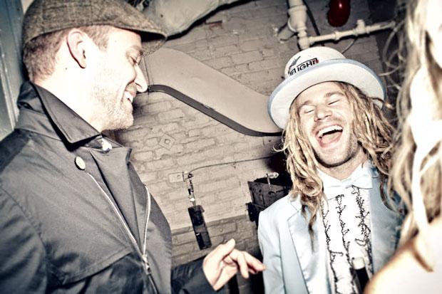 Justin-Timberlake-congratulates-John-Jackson-backstage