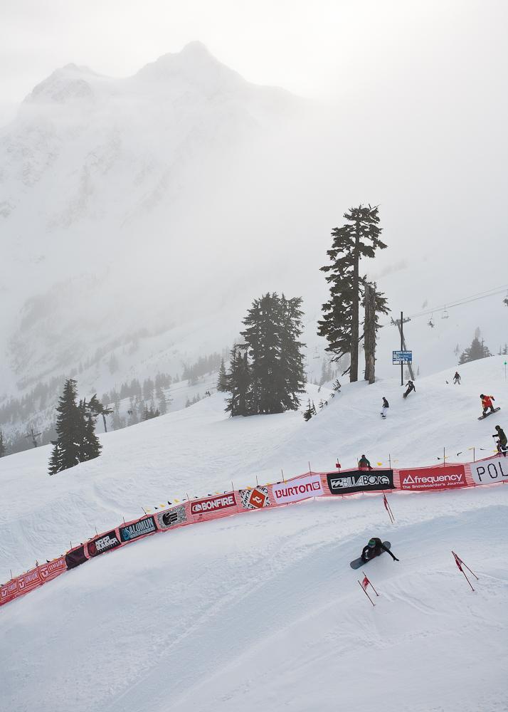 Im Hintergrund seht ihr den Mt Shuksan, der seit 27 Jahren die atemberaubende Kulisse des Mt Baker Banked Slalom bietet.