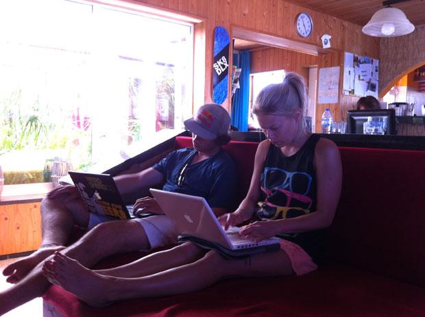 Eero und Tytti checken Emails und Facebook.