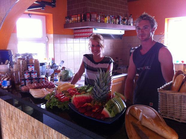 Bei so einem Frühstück geht uns das Herz auf. Danke Linda und Markus von der Quiksilver Surflodge.