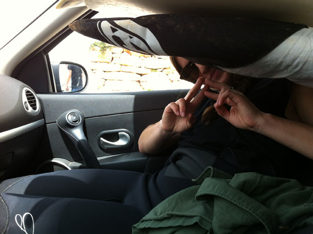 Cilka Sadar etwas eingequetscht im Mini-Mietwagen.