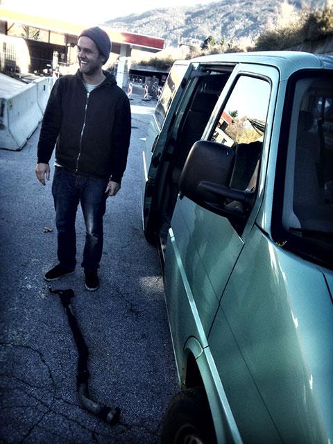 Schock am Morgen: MBM Chefredakteur Basti hat 200 Meter vor der Stubaier Autobahnausfahrt seinen Auspuff verloren