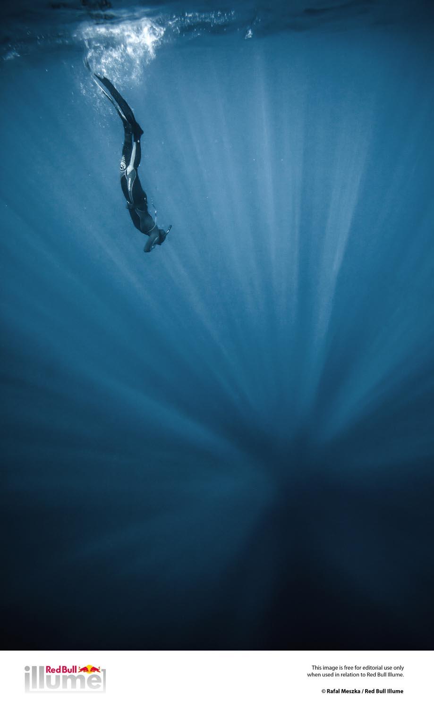 mariampol01Asp  fotoreportarz sport   Freediving-nurkowanie na wstrzmanym oddechu .Bez użycia żadnego sprzętu . nurek ma tyle powietrza , na ile pozwala mu objęto¶ć płuc .Najważnejsza jest koncetracja . Najlepsi zawodnicy s± w stanie zanurkować na 214 m, co zajmuje im ponad 4 minuty .  Dahab , Egipt . Maj .2012
