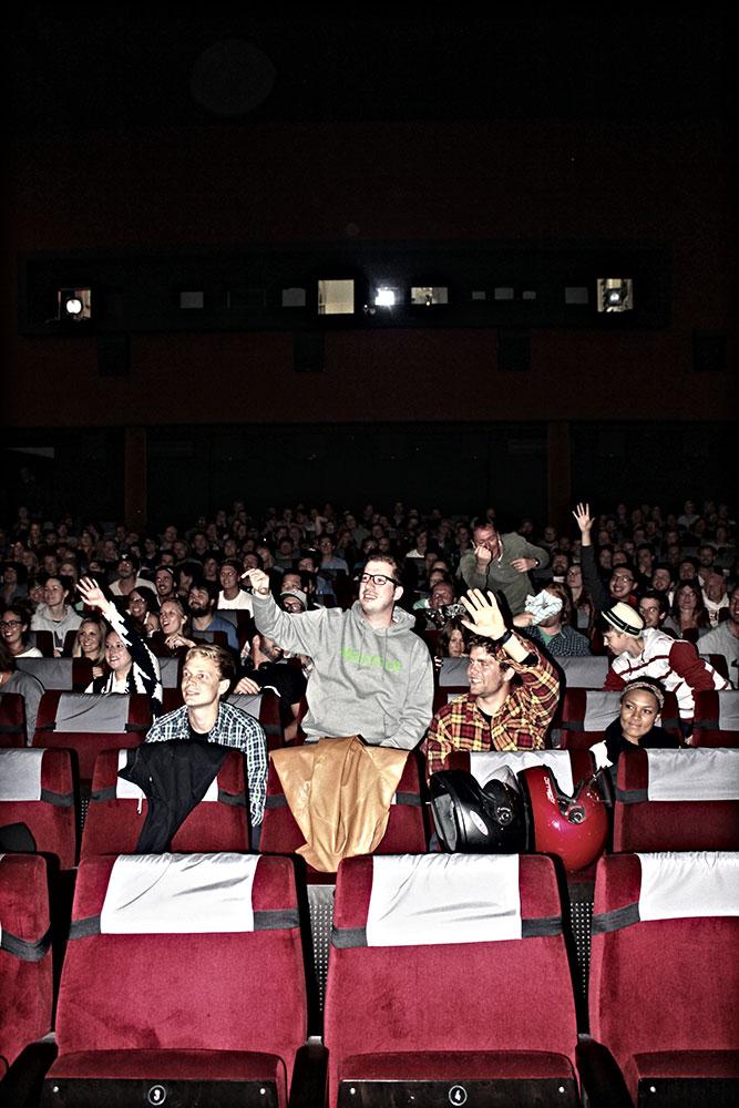 Das Publikum flippte regelrecht aus, als es Stuff von GoPro, LAAX, Absinthe Films, Planet Sports und snowboarderMBM abzustauben gab.