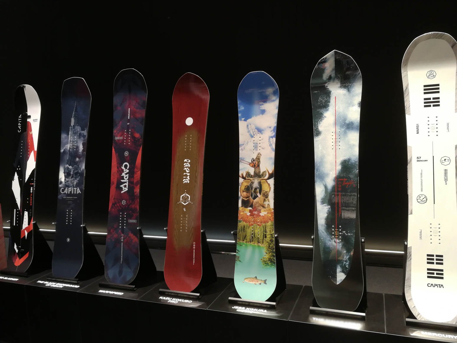 Capita (links nach rechts): Neo Slasher, Black Snowboard of Death 18/19, Warpspeed, Kazu Kobubo Pro, Jess Kimura Pro, The Navigator, Mercury