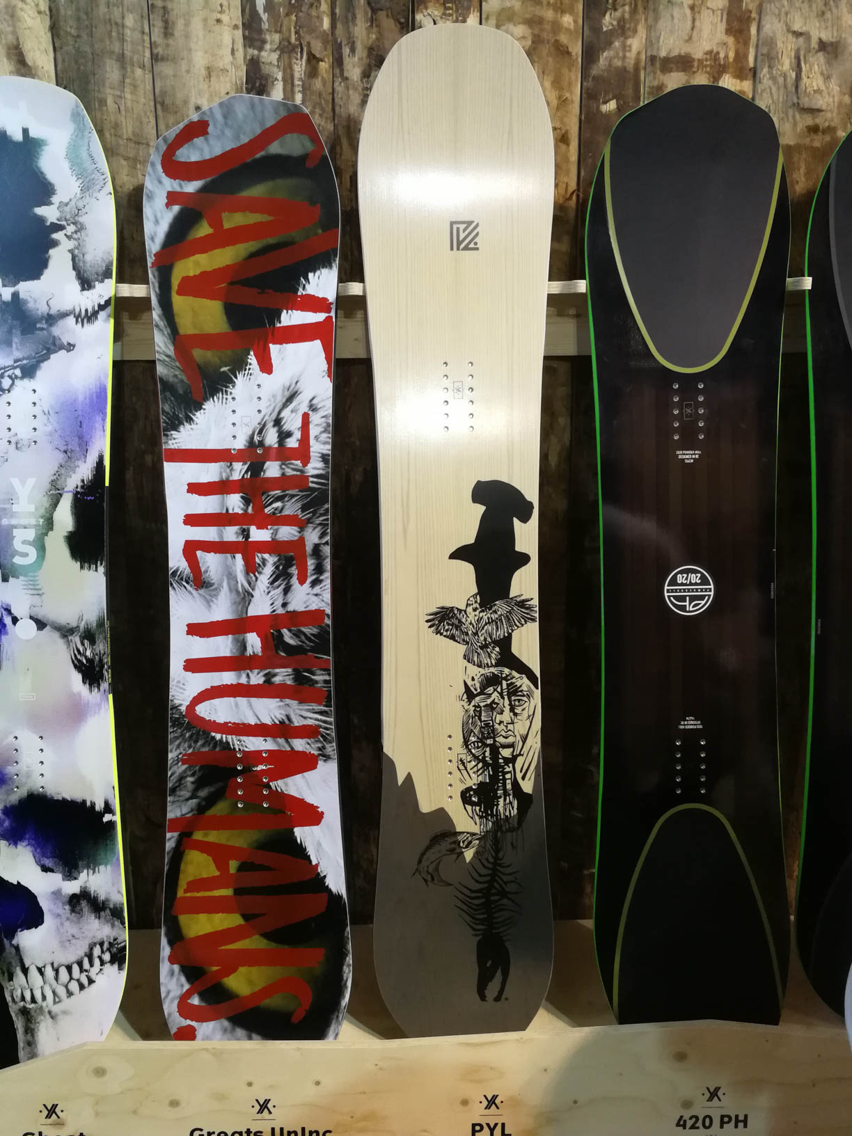 YES Snowboards (links nach rechts): Ghost, Greats UnInc., PYL, 420 PH