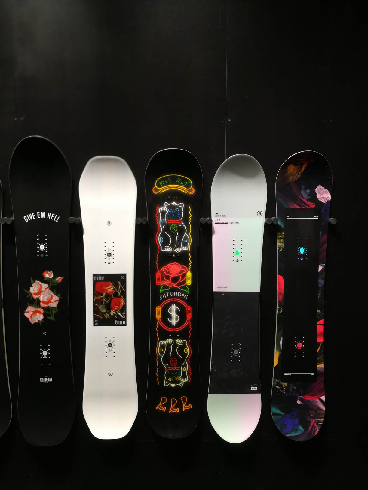 Girls Snowboards 18/19 von links nach rechts: Ride Hellcat, Ride OMG, Ride Saturday, Ride Compact, Ride Rapture