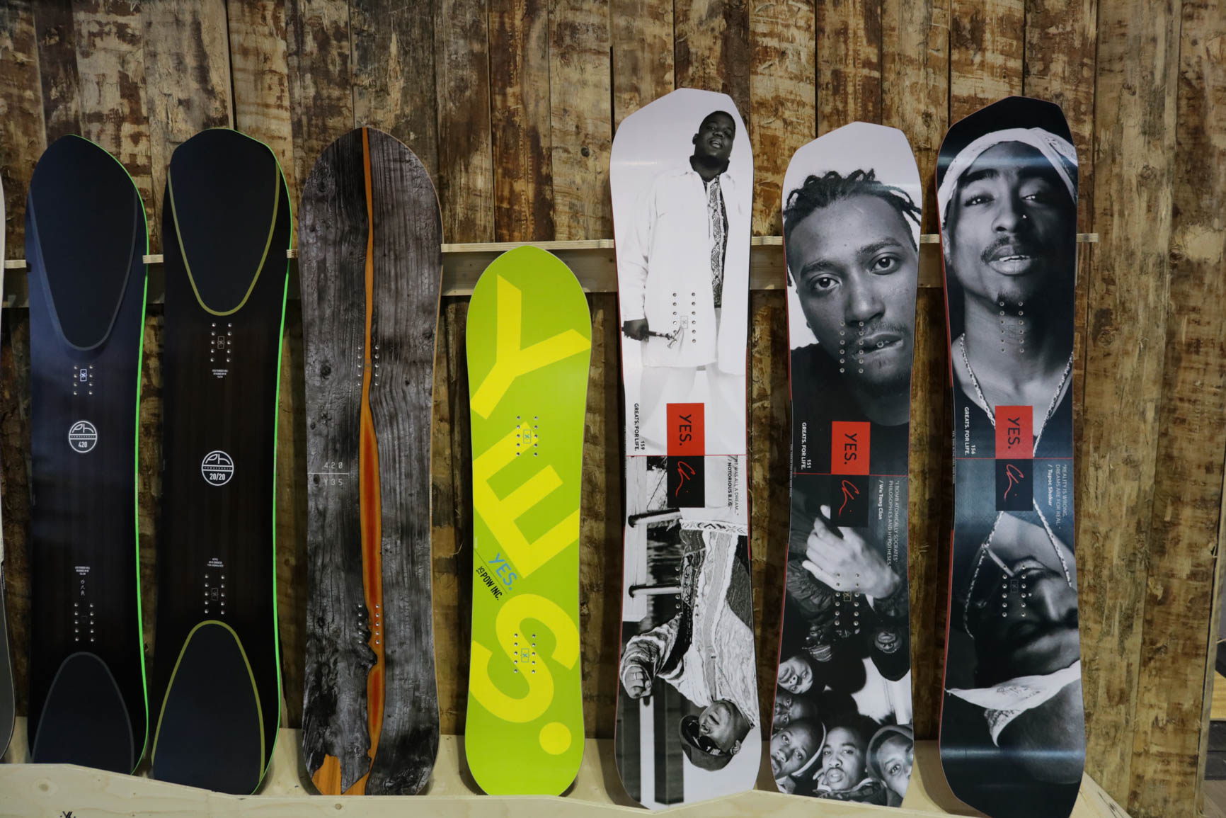 YES Snowboards (von links nach rechts): 420 PH, 20/20, 420, PowInc. für Kids, Greats.ForLife Serie