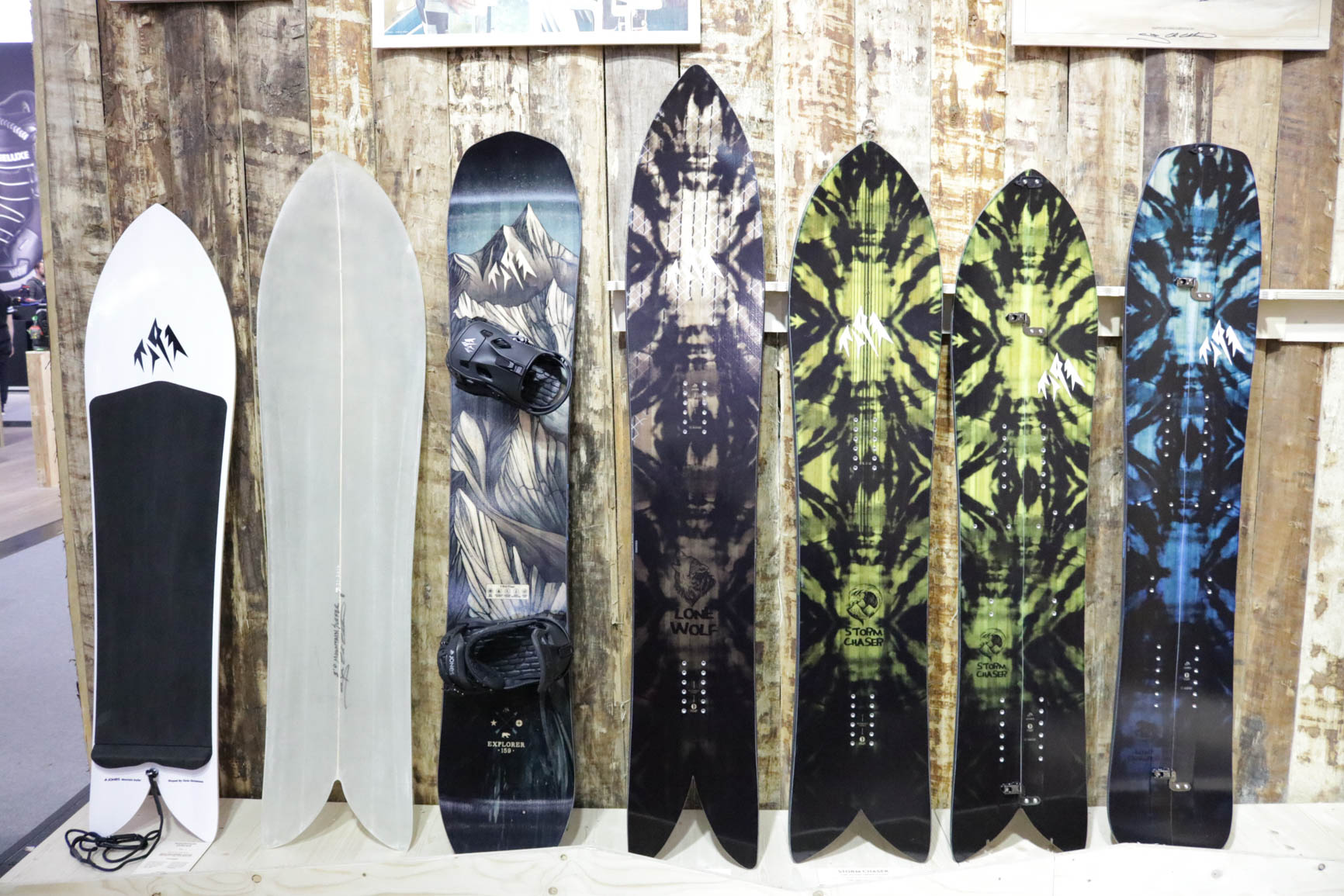 Jones Snowboards 18/19 (von links nach rechts): Moutain Surfer, Making off from the Mountain Surfer, Explorer, Lone Wolf, Storm Chaser, Storm Chaser Split, Mind Expander Split