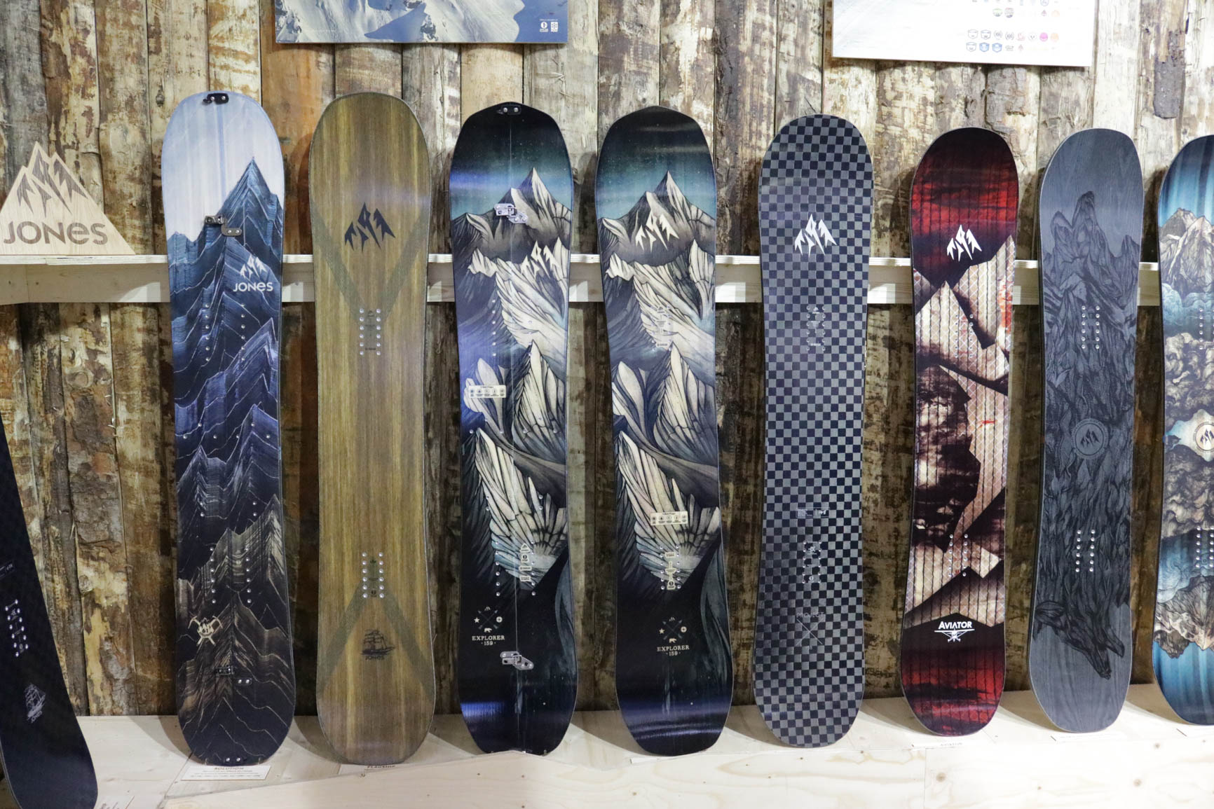 Jones Snowboards 18/19 (von links nach rechts): Solution, Flagship, Explorer Split, Explorer, Project X, Aviator, Ultra Mountain Twin