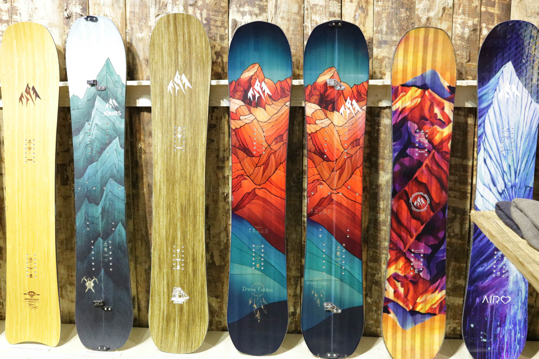 Jones Snowboards 18/19 (von links nach rechts): Hovercraft, Women's Solution, Flagship, Dream Catcher, Dream Catcher Split, Twin Sister, Airheart