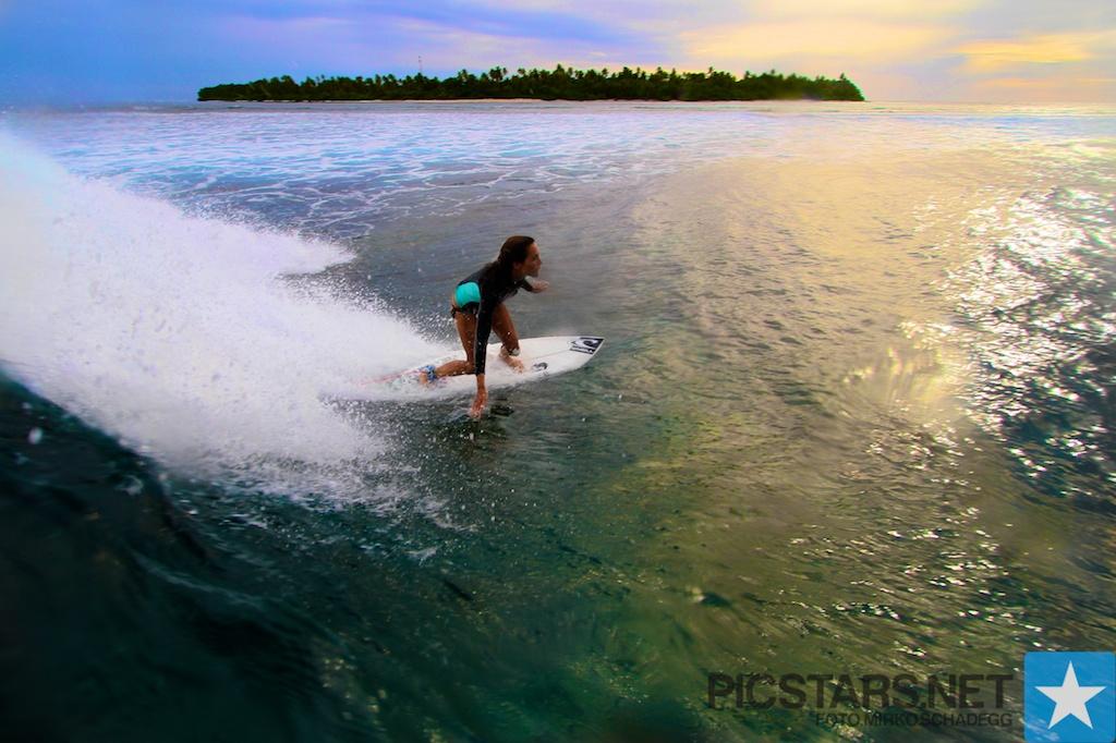 Die Wellen brechen so mechanischund perfect lange um die Inseln am Riff entlang so dass man ein Turn nach dem anderen machen kann und in kurzer Zeit grosse Fortschritte machen- photo: Mirko Schadegg Picstars.net