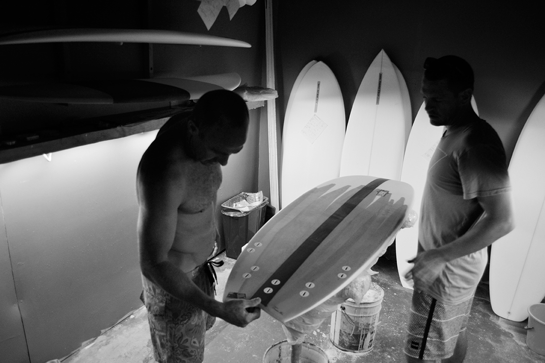 Im Kreißsaal von Weirs Surfboards. Damo fertigt Bretter unteranderem für Mitch Coleborne, Chris Friend & Blake Wilson. Echter Familienbetrieb ohne großen Schnick Schnack.