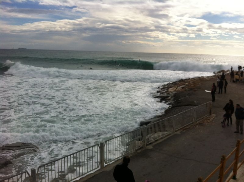 Heavy waves & crowds in Varazze